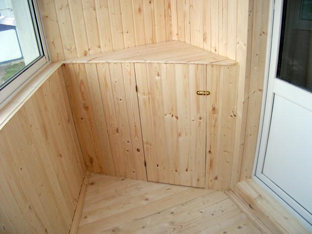 Балкон обшивка вагонкой с угловыми шкафами фото..