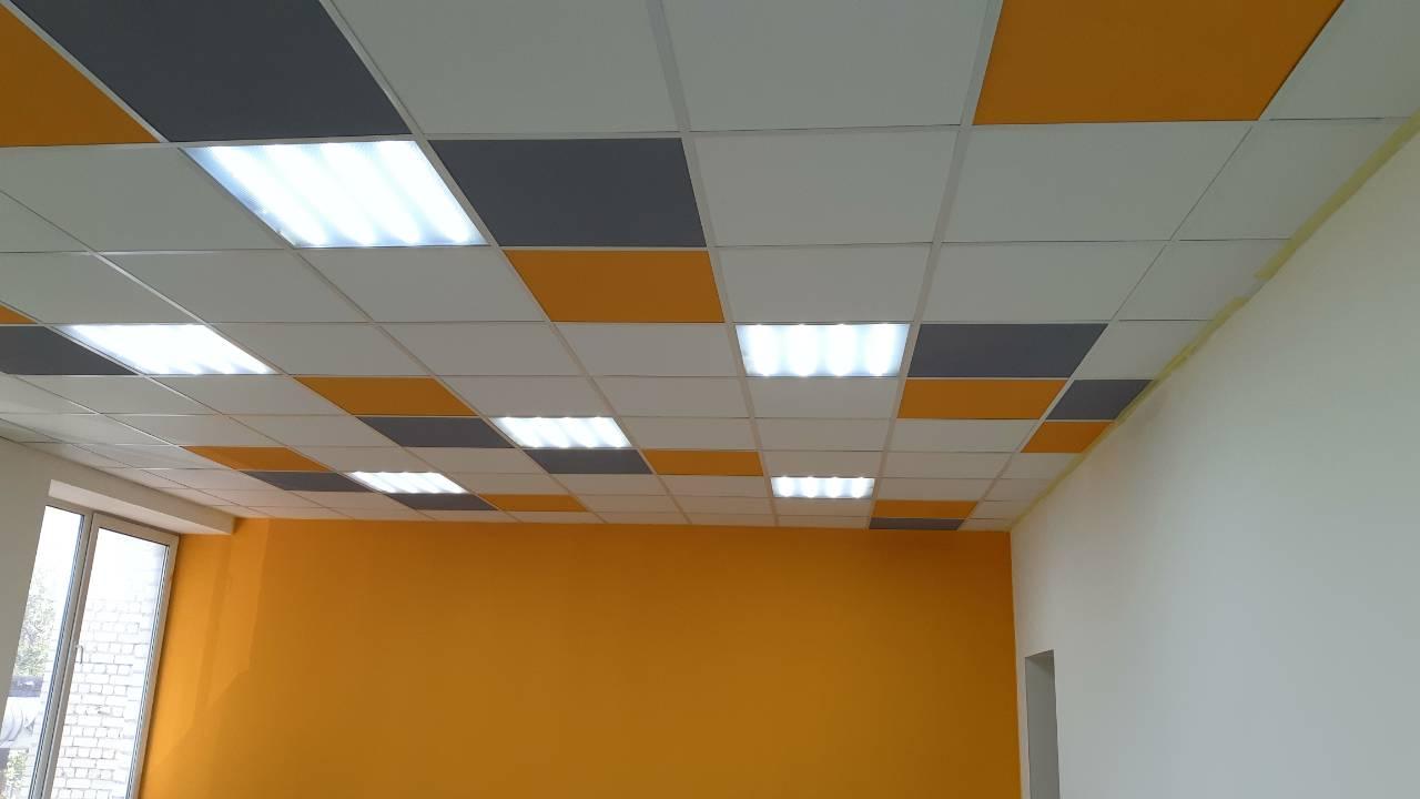 Монтаж разноцветного потолка типа Армстронг